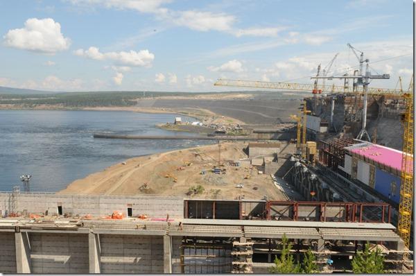 Богучанская ГЭС_фото_www.rushydro.ru04_Kamenno-nabrasnaya_plotina__vid_so_storony_nizhnego_b_efa